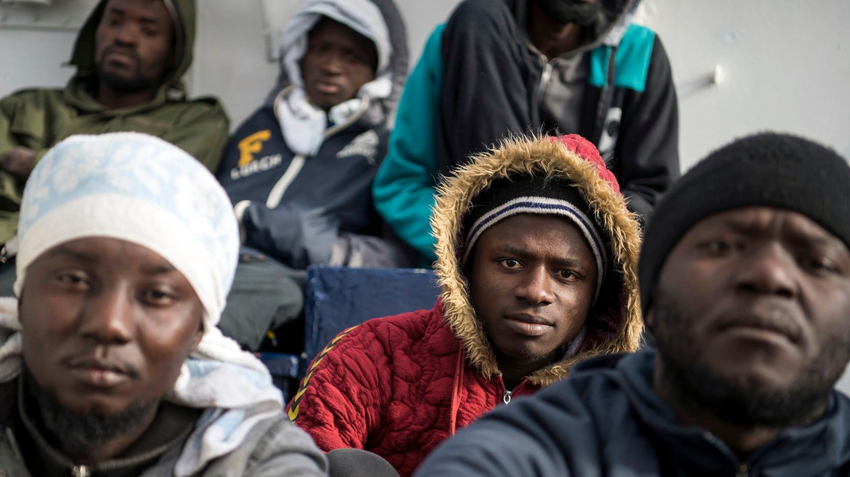 -, 2019. január 8. Illegális bevándorlók a Sea-Eye német szervezet Professor Albrecht Penck hajójának fedélzetén, amely Málta partjai előtt várakozik 2018. január 8-án. Német nem kormányzati szervezetek két, Európába igyekvő, összesen 49 migránst szállító hajóját sem a máltai, sem az olasz hatóságok nem engedik kikötni, így azok a Földközi-tengeren vesztegelnek. MTI/AP/Rene Rossignaud