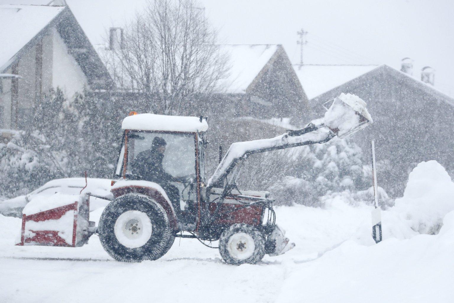 Markológéppel takarítja a havat egy férfi a bajoroszági Irschenberg közelében 2019. január 10-én. A következő napokban további havazás várható a dél-németországi térségben. MTI/AP/Matthias Schrader
