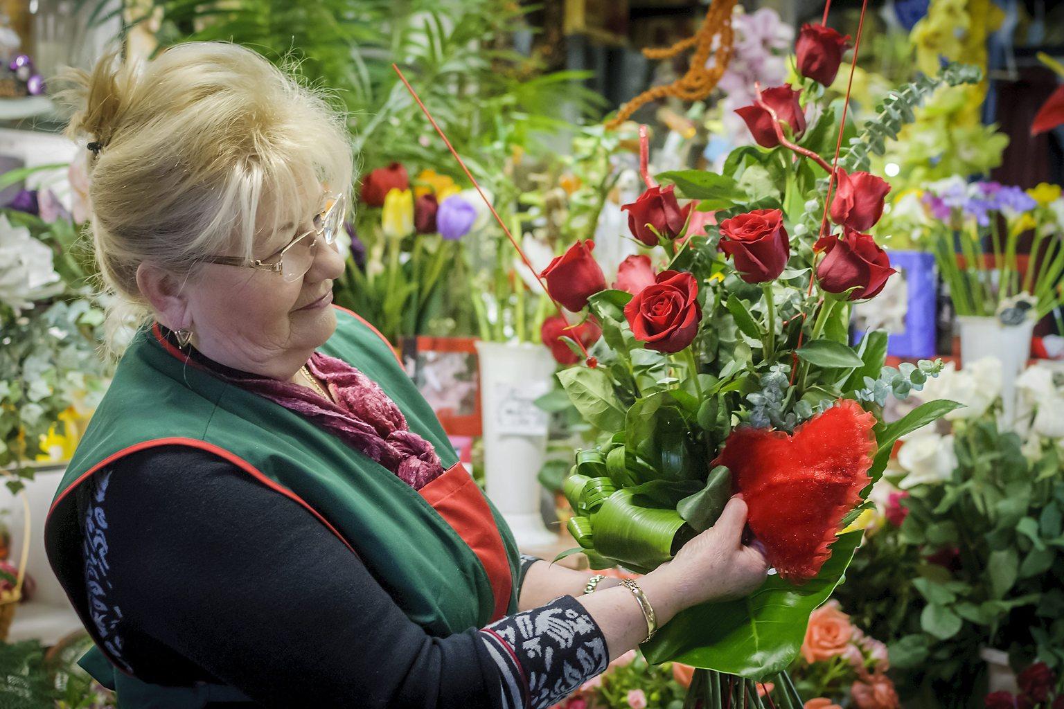 Borúzs Mária virágkötő egy Valentin-napi csokrot készít debreceni üzletében 2014. február 14-én. Február 14. Szent Bálint, avagy Valentin napja, a szerelmesek ünnepe, amikor az emberek világszerte virággal, apró ajándékokkal lepik meg kedvesüket, szeretteiket. MTI Fotó: Czeglédi Zsolt
