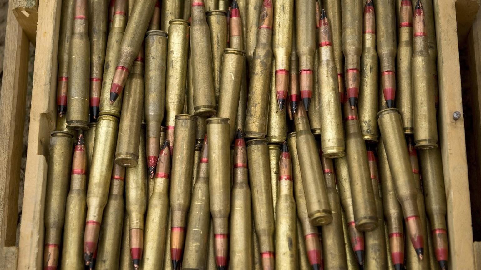 Kilaghaj, 2013. február 15. Egy láda 12,7 milliméteres géppuskalőszer az afganisztáni Kilaghaj közelében 2013. február 15-én, ahol magyar tűzszerészek a PRT lejárt, légi szállításra alkalmatlan lőszereinek és egyéb, házilag robbantásra alkalmassá tehető eszközeinek megsemmisítését végzik. A honvédség Tartományi Újjáépítési Csoportja (PRT) márciusban befejezi munkáját Baglán tartományban. MTI Fotó: Koszticsák Szilárd