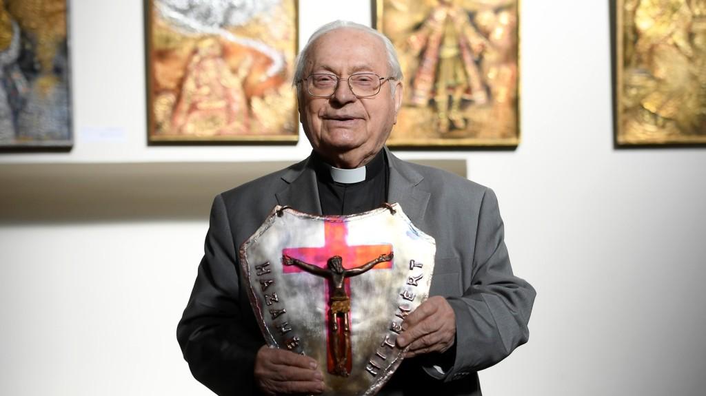 Szabó Ferenc jezsuita szerzetes kapta az idei Hit pajzsa díjat