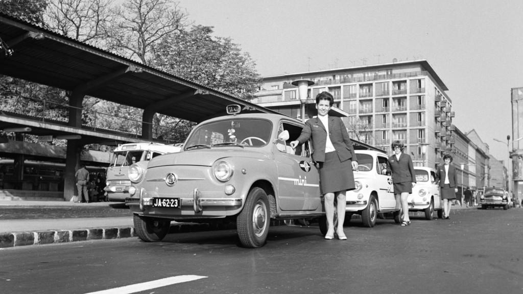 Egyenruhás női sofőrök fuvarozták a Minitaxi utasait