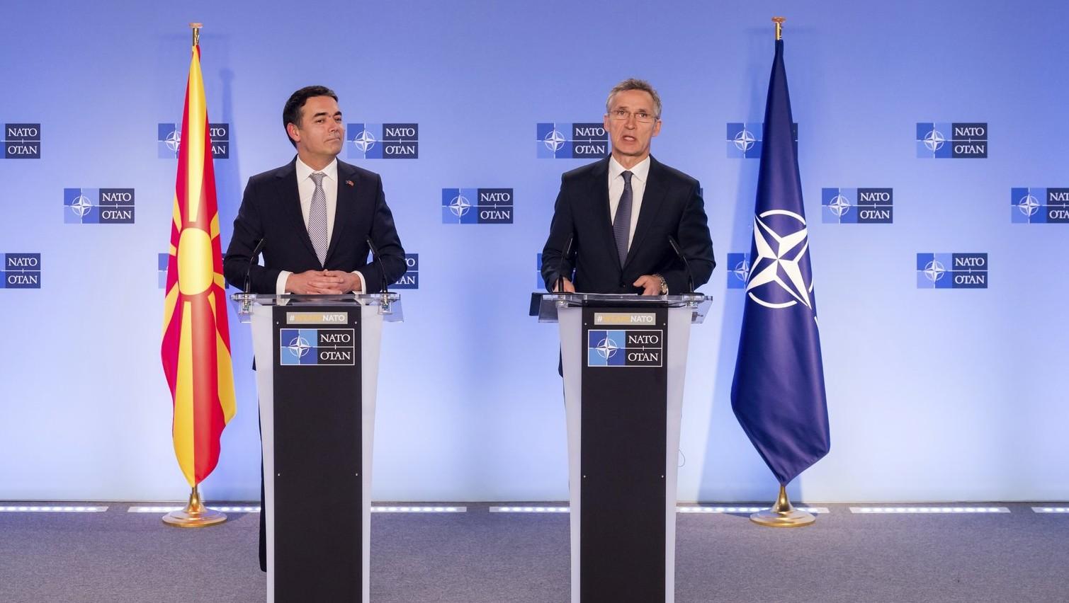Nikola Dimitrov macedón külügyminiszter (b) és Jens Stoltenberg NATO-főtitkár sajtótájékoztatót tart, miután Észak-Macedónia aláírta a NATO-csatlakozásról szóló jegyzőkönyvet a katonai szövetség tagállamainak brüsszeli ülésén 2019. február 6-án. Az aktus lehetővé teszi, hogy a balkáni ország az Észak-atlanti Szerződés Szervezetének 30. tagjává váljon. MTI/AP/Geert Vanden Wijngaert