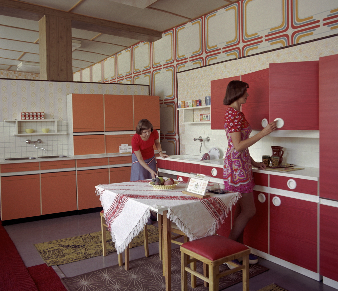 Szolnok, 1978. szeptember 18. A Tisza Bútorgyár mintaboltjában a gyárban készült konyhabútorokat rendezik az eladónők. MTI Fotó: Horváth Péter