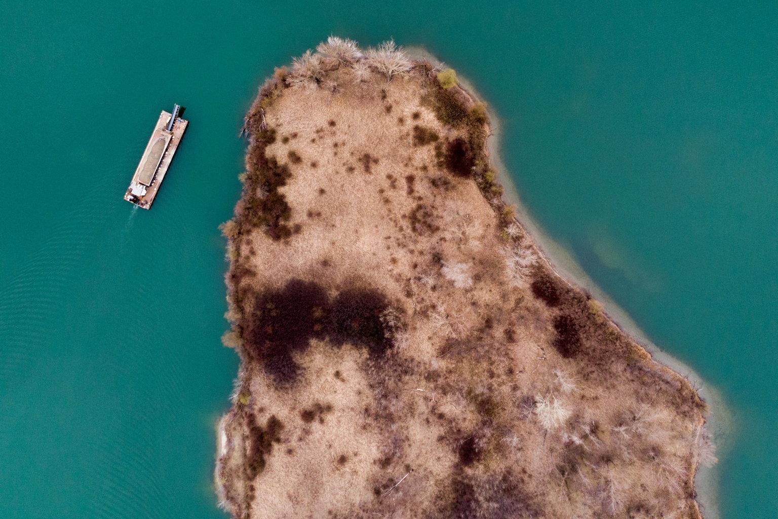Nyékládháza, 2019. március 22. Úszókotró hajó az István-tavon Nyékládháza közelében 2019. március 19-én. Az ENSZ március 22-ét nyilvánította a víz világnapjává, amelynek célja a környezet és ezen belül a Föld vízkészletének védelme. MTI/Czeglédi Zsolt