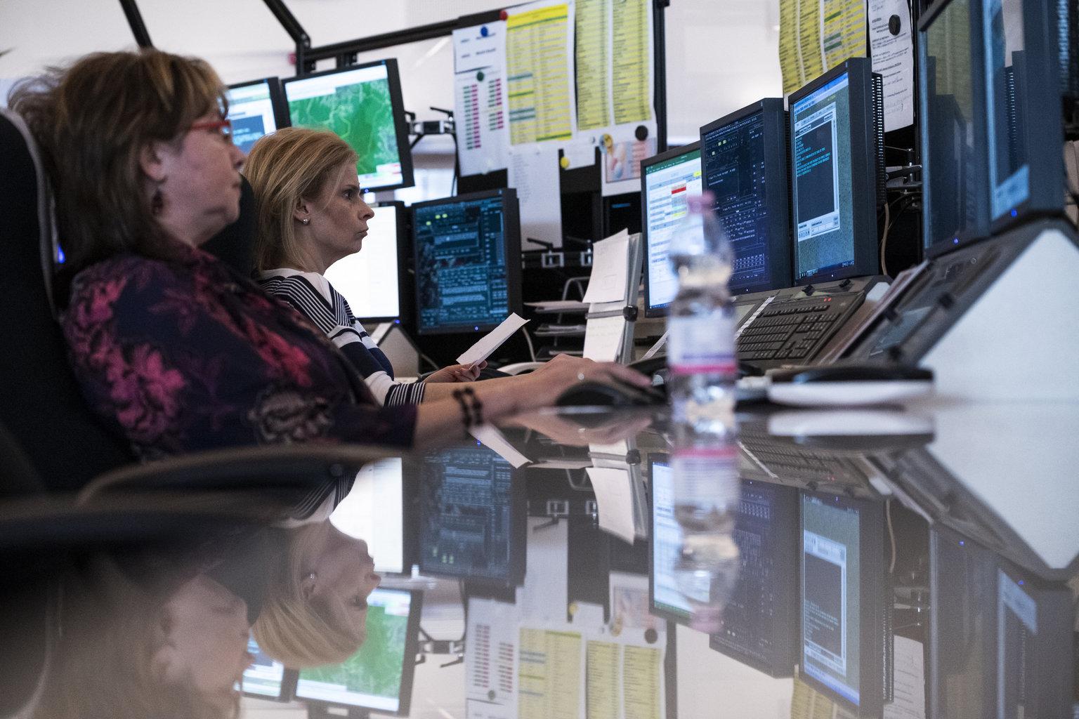 Légiforgalmi irányítók dolgoznak a HungaroControl Magyar Légiforgalmi Szolgálat Zrt. budapesti székhelyén 2019. március 7-én. Áprilistól határozatlan ideig a HungaroControl végezheti a Koszovó feletti magaslégtér (KFOR-szektor) irányítását az Észak-Atlanti Tanács döntése szerint. MTI/Mónus Márton