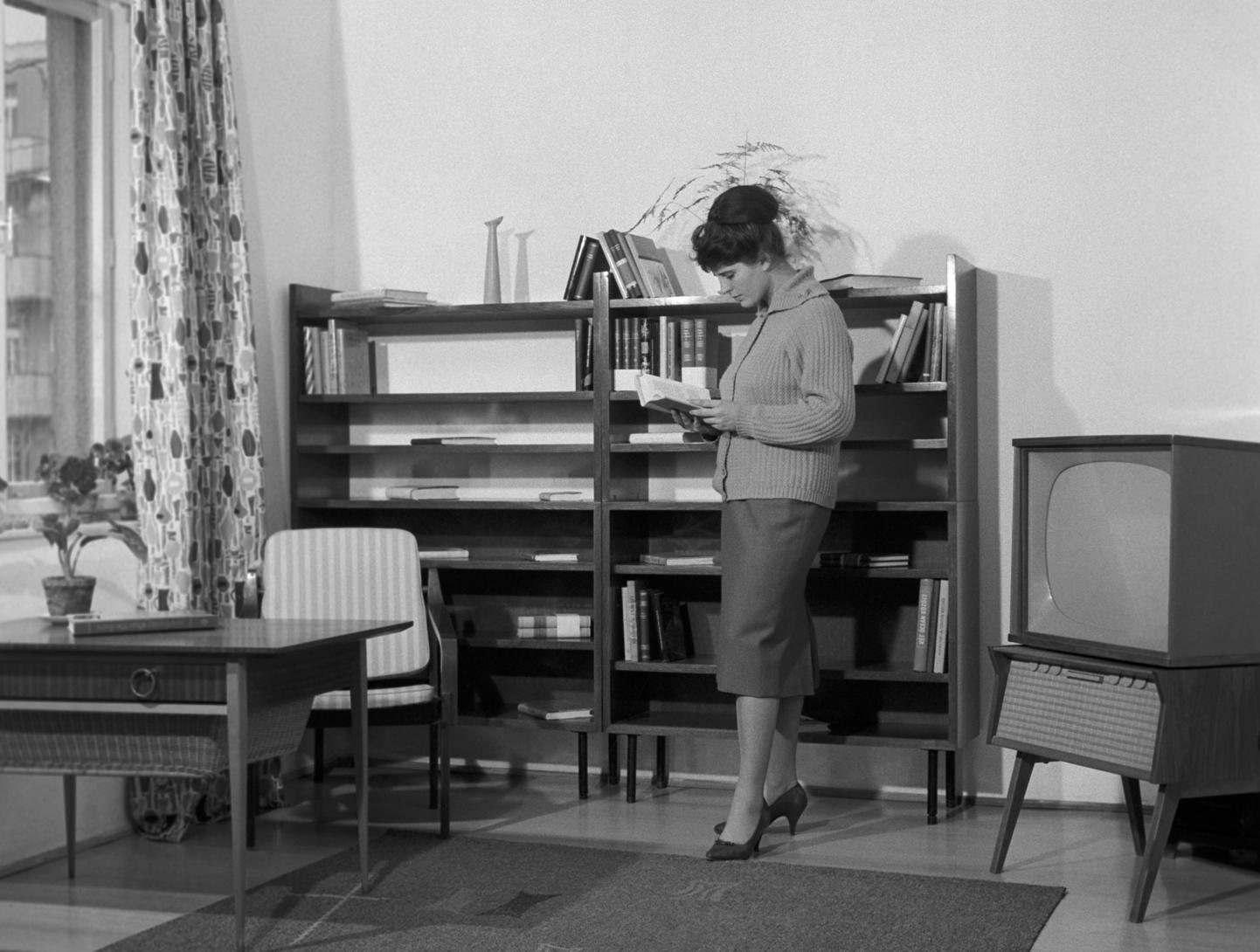 Budapest, 1960. november 3. Érdeklődő az óbudai kísérleti lakótelep lakásainak berendezésére kiírt bútortervezési pályázat eredményeit bemutató Új lakások - új berendezések című kiállításán. A lakótelepen számos az 1958-ban és 1960-ban kiírt lakásterv pályázatok mintaépületeit építették fel, hogy ezek alapján válasszák ki a jövő házait az építőipari vállalatok. MTI Fotó: Balassa Ferenc