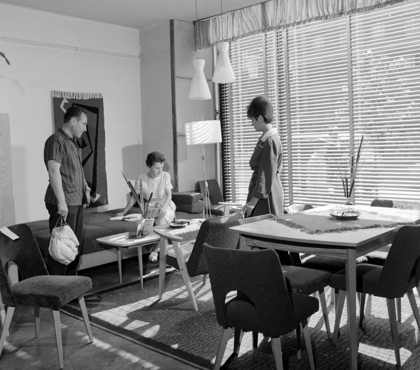Budapest, 1963. szeptember 3. Lengyel bútorokat néznek az érdeklődők a Lenin körúti Lakberendezési Áruházban. MTI Fotó: Lajos György