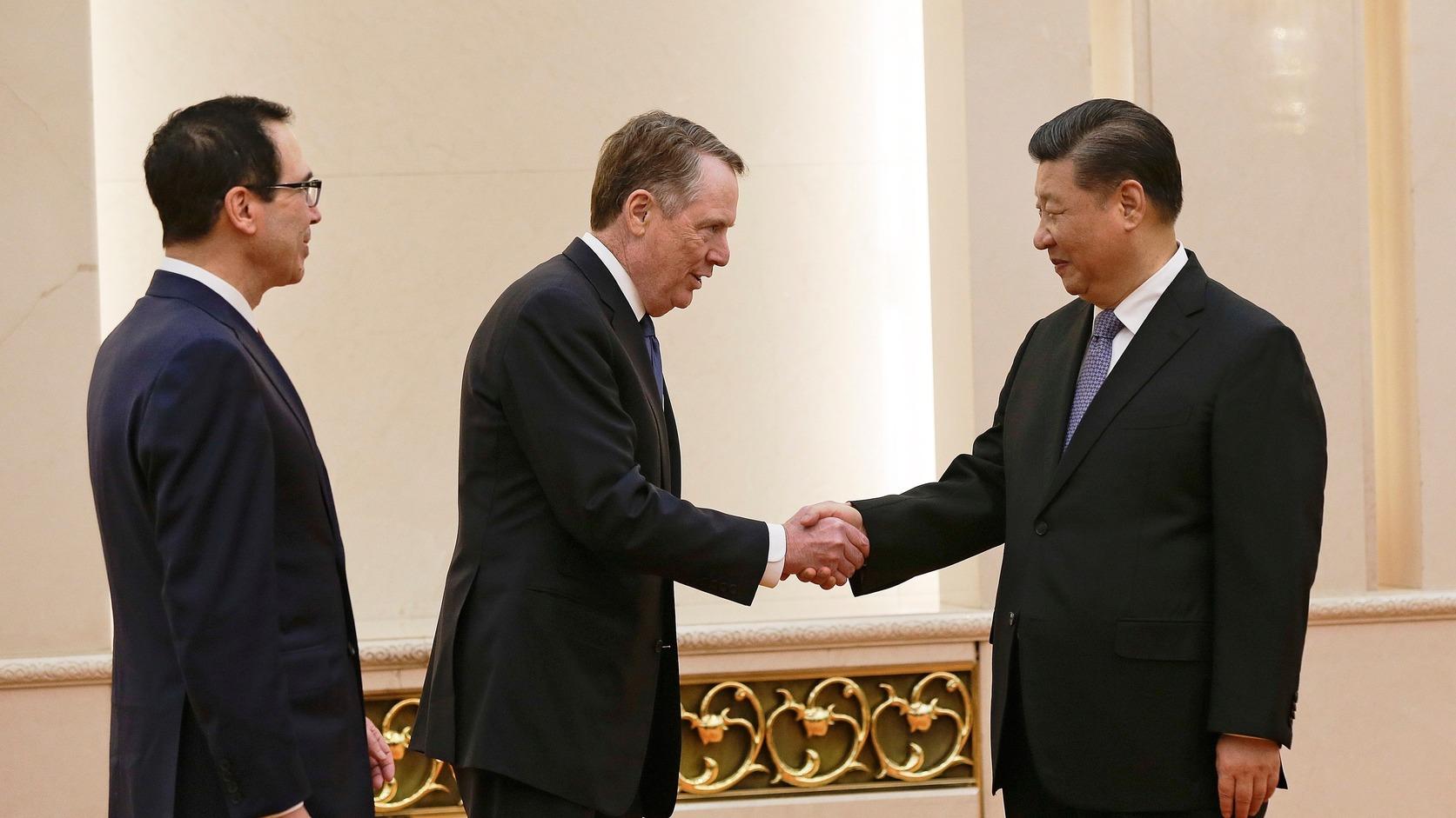 Hszi Csin-ping kínai elnök fogadja a kínai-amerikai kereskedelmi tárgyalások újabb fordulóján részt vevő Steven Mnuchin amerikai pénzügyminisztert és Robert Lighthizer amerikai kereskedelmi főképviselőt a pekingi Nagy Népi Csarnokban 2019. február 15-én (Fotó: MTI/AP/Andy Wong)