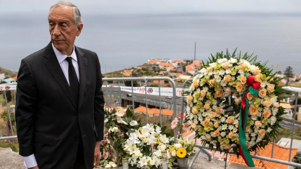 A portugál elnök lerótta kegyeletét a madeirai buszbaleset áldozatai előtt