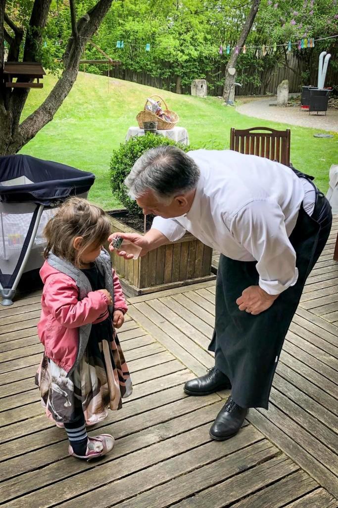 Híressé vált kötényében locsolta meg kisunokáját Orbán Viktor - FOTÓ