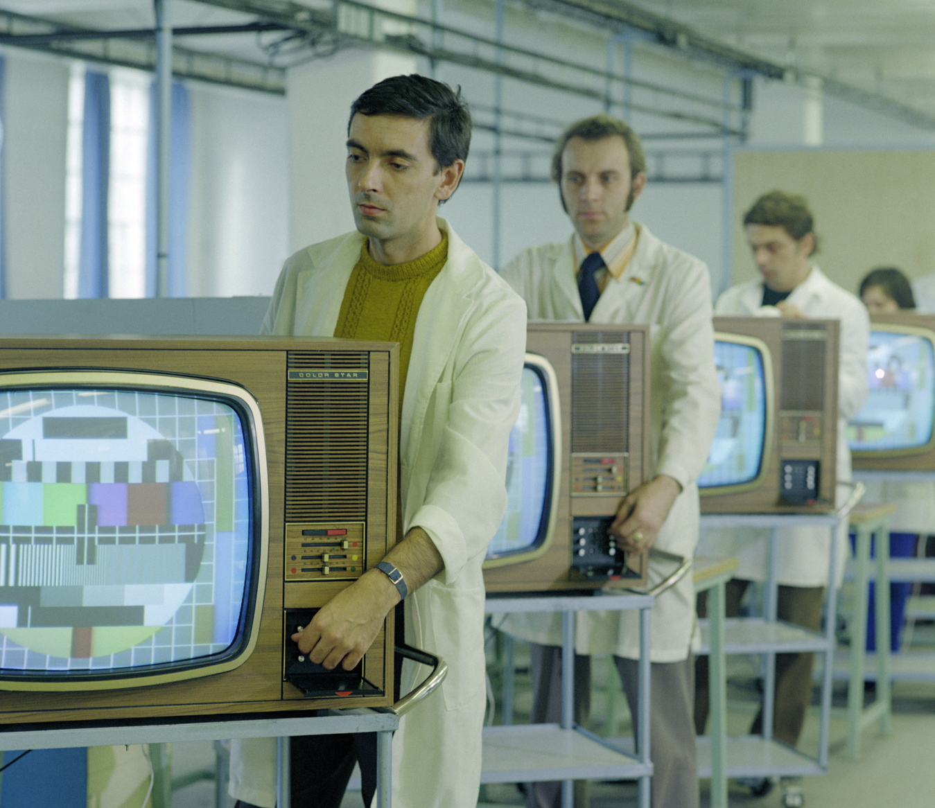 A Color Star nevű, szovjet együttműködéssel gyártott színes tévékészülékeket állítják be a műszerészek a székesfehérvári Videoton Rádió- és Televíziógyárban. (Fotó: MTI/Kovács Sándor, 1974)