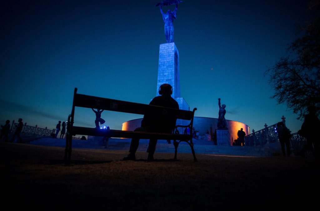 Kék színnel világítják ki az épületeket az autizmus világnapján