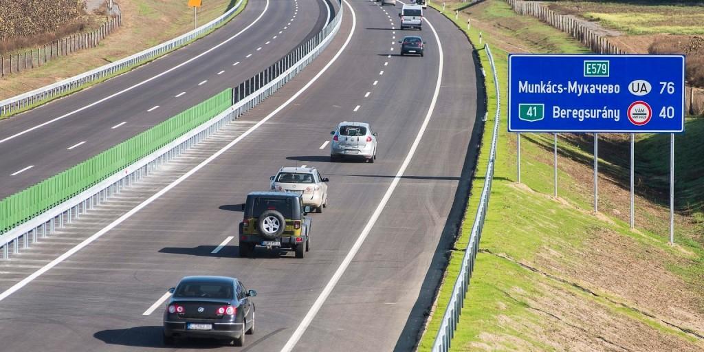 Torlódik a forgalom az M0-son karambol miatt