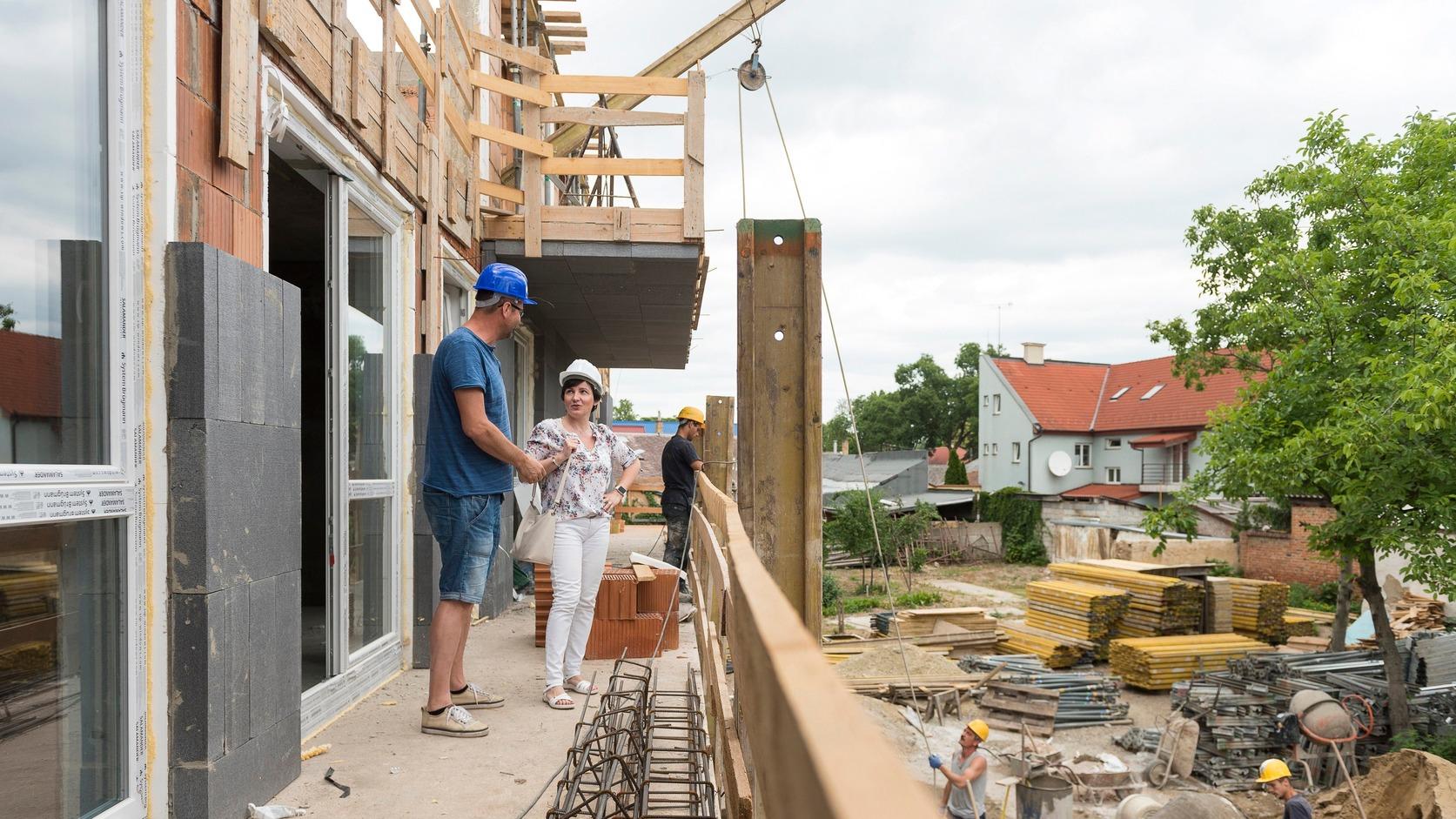 Nyíregyháza, 2017. június 14. Verebélyi János, a Selyem-Ber Kft. ügyvezetője megmutatja az építkezést a társasház egyik lakástulajdonosának, Páll Csillának a nyíregyházi Dózsa György utcában 2017. június 14-én. A városban dinamikusan növekszik az új lakások száma, 2015-ben 91 lakás, 2016-ban több mint négyszer annyi, 371 épült. Az idei év első öt hónapjában 325 lakásra adtak ki építési engedélyt, így várhatóan az év végére 600 új lakás építése kezdődik meg. MTI Fotó: Balázs Attila