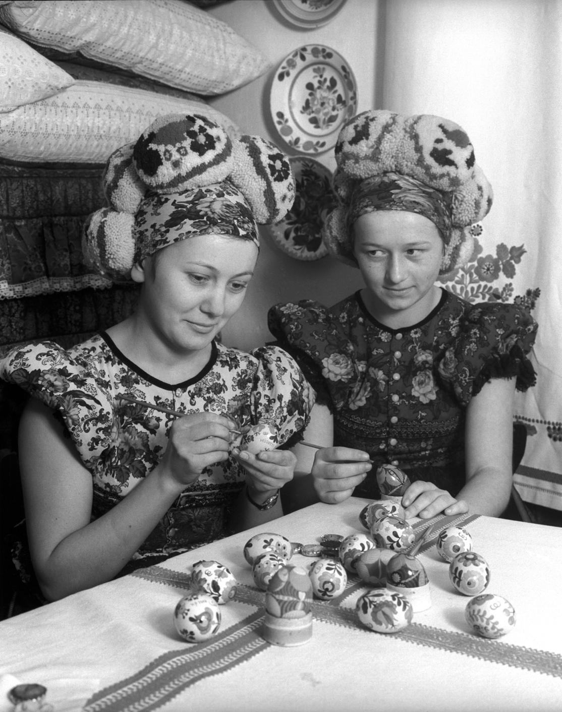 Mezőkövesd, 1966. március 17. Papp Margit (b) és Agócs Anna (j) a Mezőkövesdi Matyó Háziipari Szövetkezet tagjai húsvéti tojást fest. A Mezőkövesdi Matyó Háziipari Szövetkezet évek óta jelentős külföldi megrendelést kap húsvéti tojás festésre, főképp Franciaországba és Hollandiába szállítanak a matyómintás tojásokból. Az elmúlt hetekben kétezer festett tojást exportáltak Párizsba, ezek közül a legszebbeket az ottani Magyar Hetek kiállításán is bemutatják. MTI Fotó: Kunkovács László