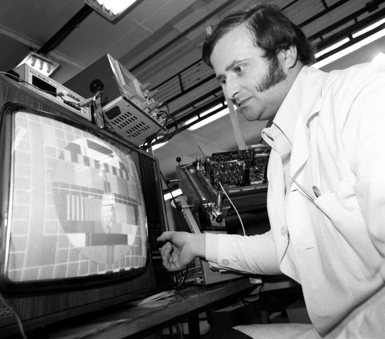 A székesfehérvári VIDEOTON Rádió- és Televízió Gyárban elkészült a modul-rendszerű televízió színes változata, a Super Color tévé készülék.  (Fotó: MTI/Tóth Gyula,1979)