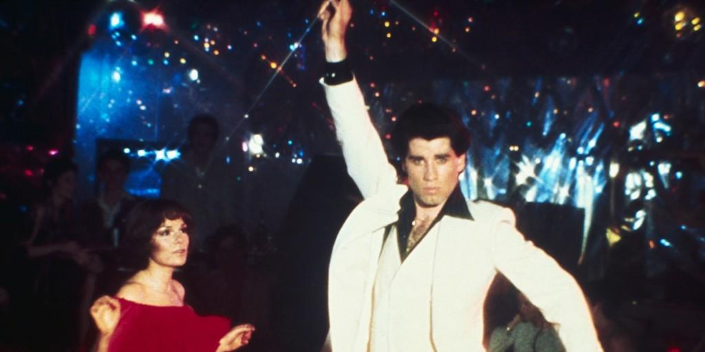 John Travolta legendás pózával ünnepelte a Szombat esti láz fergeteges rekordját