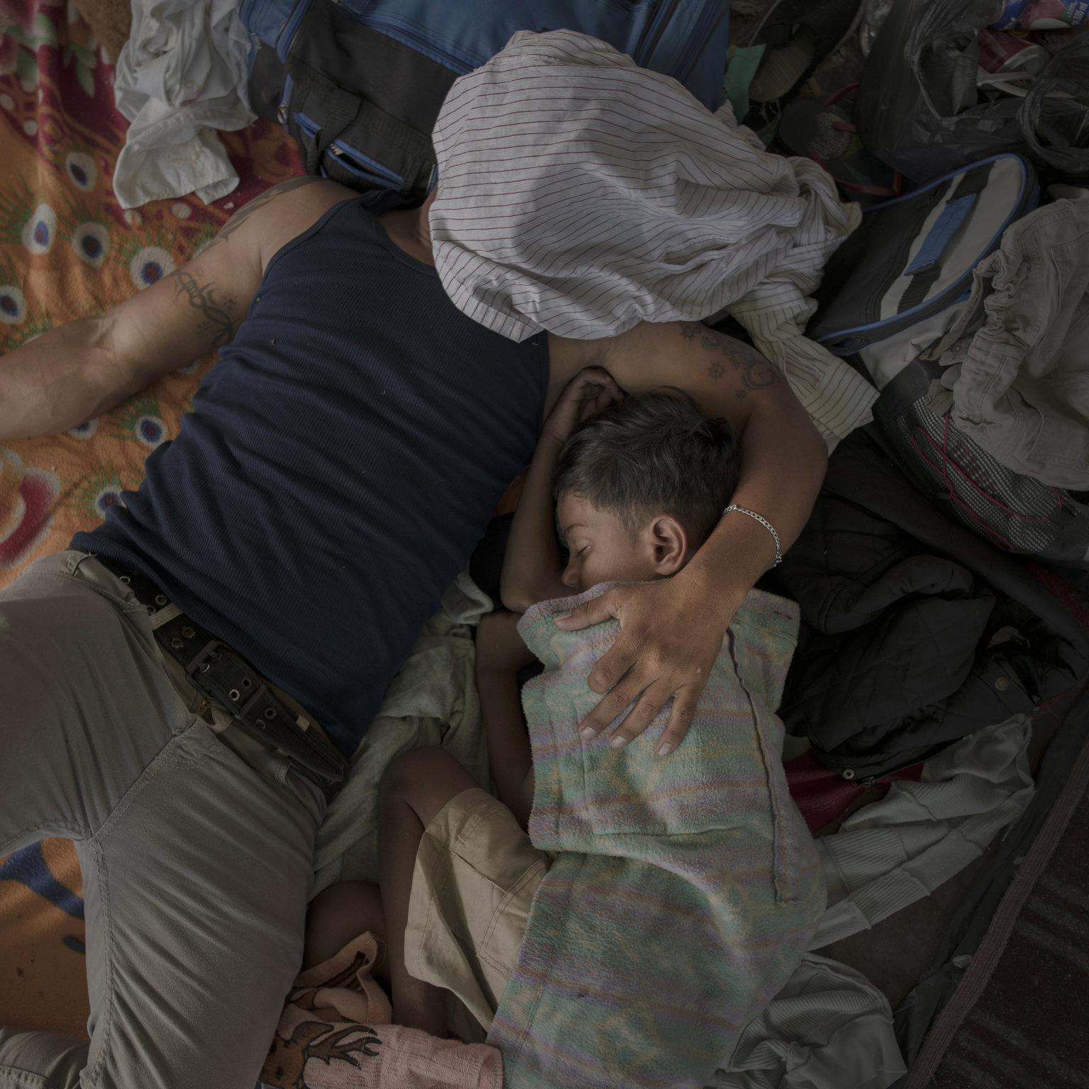 Juchitan, 2019. április 12. A World Press Photo Alapítvány által közreadott, 2018. októberben készített képen az Egyesült Államokba igyekvő közép-amerikai illegális bevándorlókhoz tartozó apa és fia megpihen a napi gyaloglás után a mexikói Juchitanban. A fénykép a svéd-holland Pieter Ten Hoopen A migránskaraván című munkájának része, amellyel elnyerte a 2018-as Év Fotóriportja díjat a World Press Photo nemzetközi sajtófotóversenyen 2019. április 11-én. MTI/EPA/Pieter Ten Hoopen