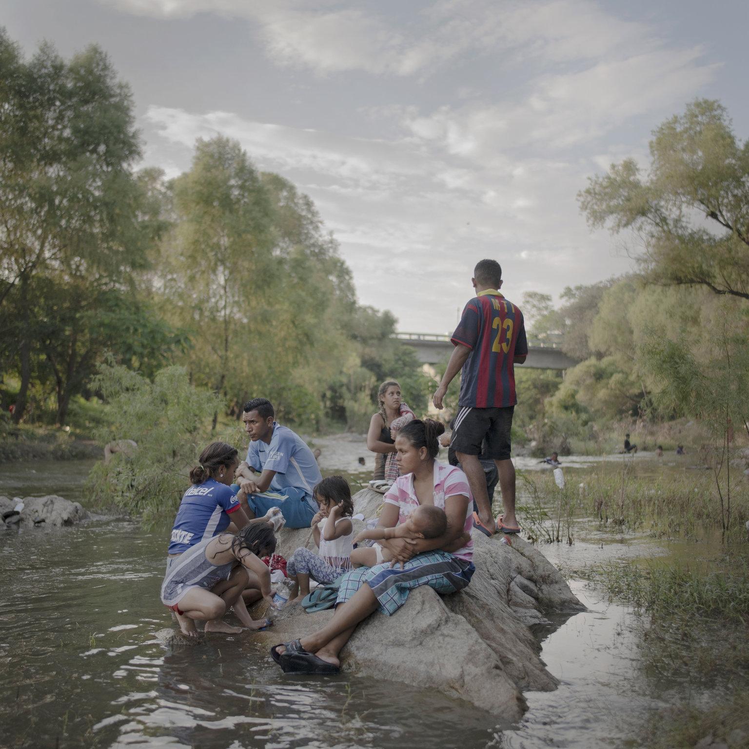 Tapanatepec, 2019. április 12. A World Press Photo Alapítvány által közreadott, 2018. októberben készített képen az Egyesült Államokba igyekvő közép-amerikai illegális bevándorlók megpihennek a Novillero folyónál, a mexikói Tapanatepec közelében. A fénykép a svéd-holland Pieter Ten Hoopen A migránskaraván című munkájának része, amellyel elnyerte a 2018-as Év Fotóriportja díjat a World Press Photo nemzetközi sajtófotóversenyen 2019. április 11-én. MTI/EPA/Pieter Ten Hoopen
