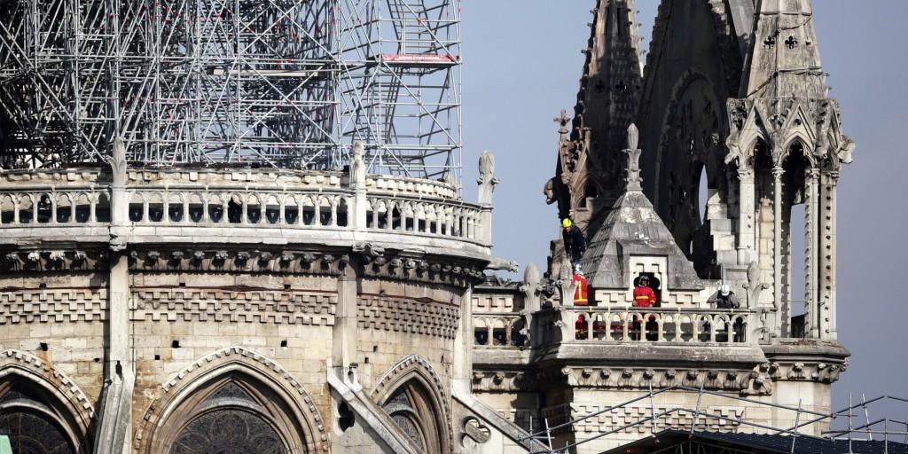 Megkezdték a Notre-Dame leégett tetejének lefedését