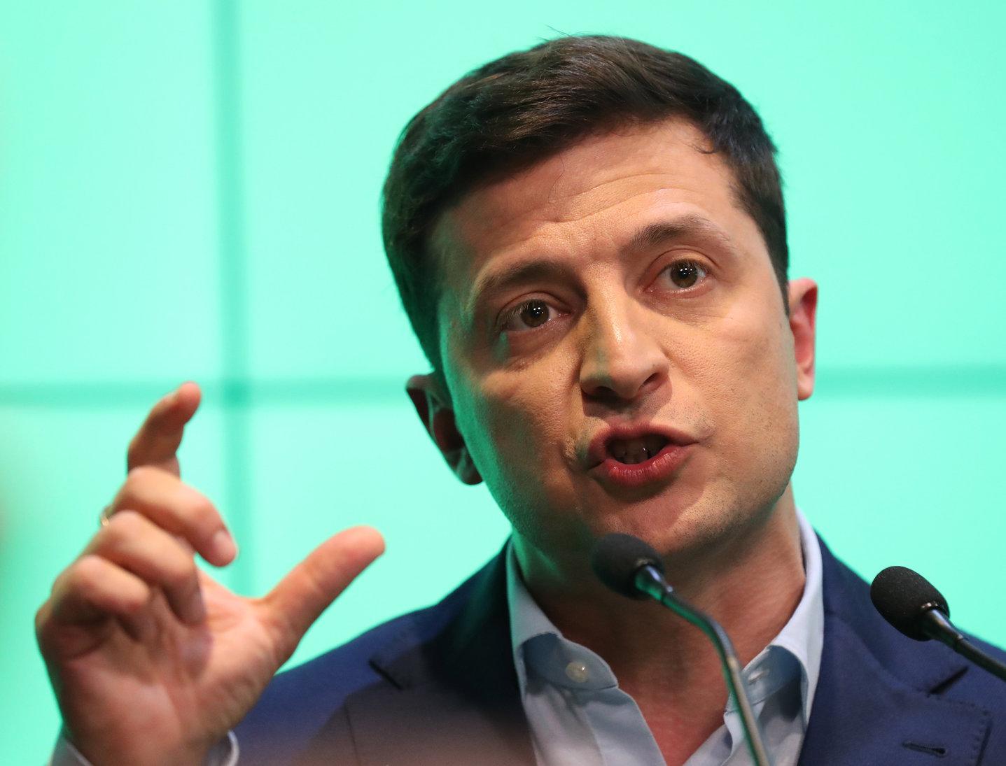 Volodimir Zelenszkij ukrán humorista elnökjelölt sajtótájékoztatót tart, miután megnyerte az ukrán elnökválasztás második fordulóját Kijevben 2019. április 21-én. Zelenszkij a szavazatok 73,2 százalékát szerezte meg, míg Petro Porosenko hivatalban lévő államfőt a választók 25,3 százaléka támogatta.(Fotó: Taccjana Zenkovics/ MTI/EPA)