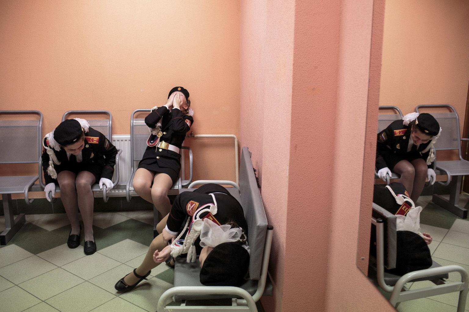 Dimitrov, 2019. április 12. A World Press Photo Alapítvány által közreadott képen az oroszországi Dimitrov 6-os számú iskolájának tanulói nevetnek ének- és masírozóversenyük előtt. A fénykép az amerikai Sarah Blesener Beckon Us From Home című munkájának része, amellyel elnyerte az első díjat a hosszú távú riportok kategóriában a World Press Photo nemzetközi sajtófotóversenyen 2019. április 11-én. MTI/AP/Sarah Blesener