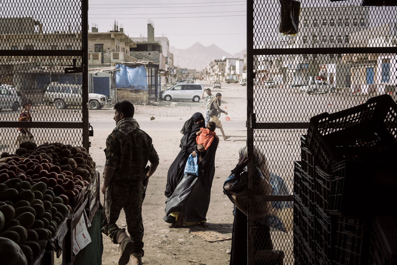 Azzan, 2019. április 12. A World Press Photo Alapítvány által közreadott képen egy nő koldul egy élelmiszerüzlet előtt, a kormányerők és a lázadók között sűrűn gazdát cserélő, stratégiai jelentőségű dél-jemeni városban, Azzanban 2018. május 22-én. A fénykép a The Washington Postban megjelent Yemen Crisis című riport része, amellyel Lorenzo Tugnoli a Contrasto riportere elnyerte az általános hírek sorozat kategória első díját a World Press Photo nemzetközi sajtófotóversenyen 2019. április 11-én. MTI/AP/Lorenzo Tugnoli