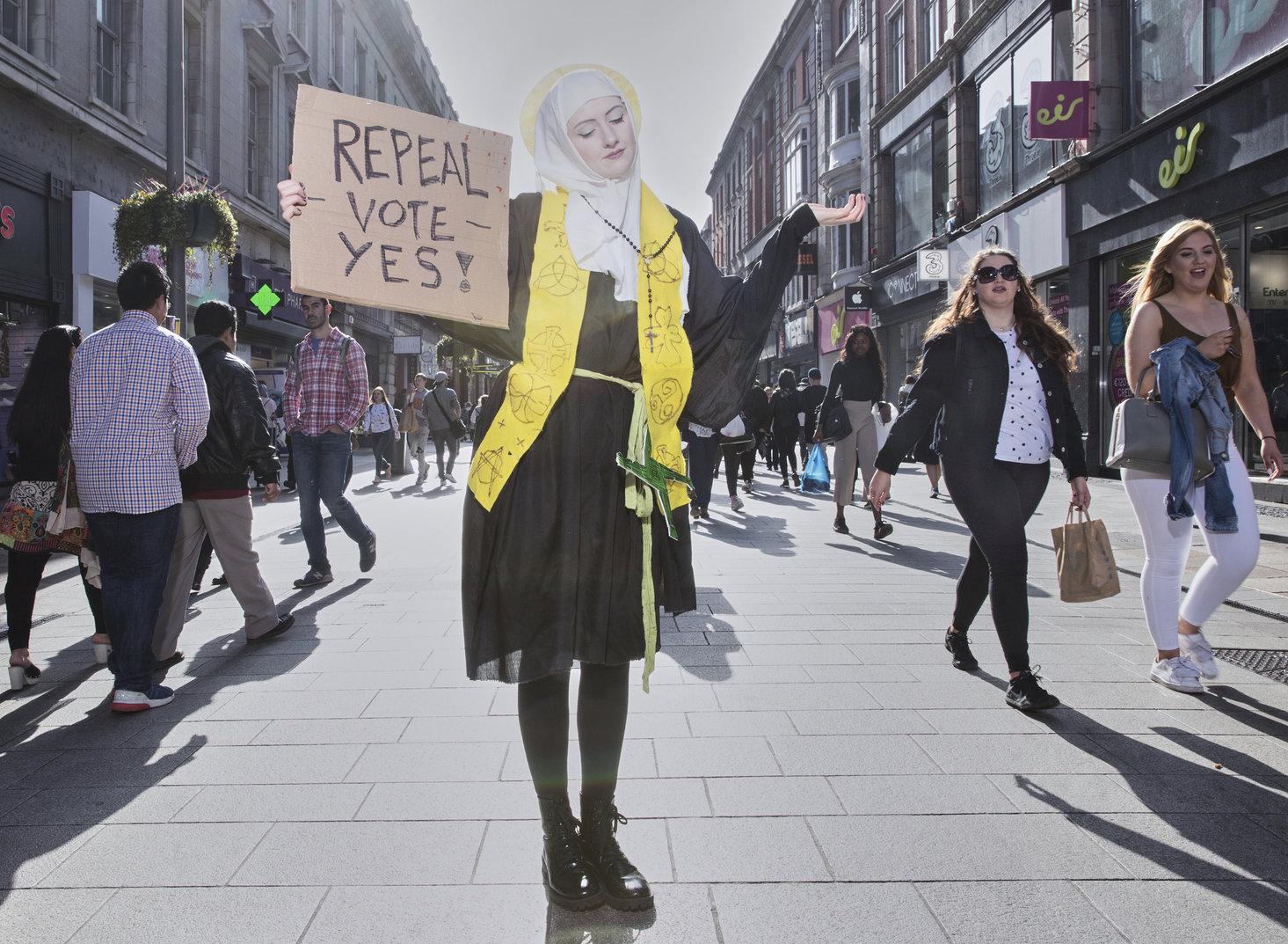 Dublin, 2019. április 12. A World Press Photo Alapítvány által közreadott képen a Szent Brigittát, Írország női patrónusát megszemélyesítő Megan Scott az ír abortusztörvény liberalizálásáért kampányol Dublin fő bevásárlóutcáján 2018. április 21-én. A fénykép a Blessed Be the Fruit: Ireland's Struggle to Overturn Anti-Abortion Laws című riport része, amellyel Olivia Harris első díjat nyert a korunk kérdései sorozat kategóriában a World Press Photo nemzetközi sajtófotóversenyen 2019. április 11-én. MTI/AP/Olivia Harris