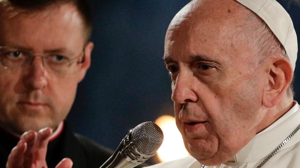 Felnőtteket keresztel meg Ferenc pápa a nagyszombat esti vigílián