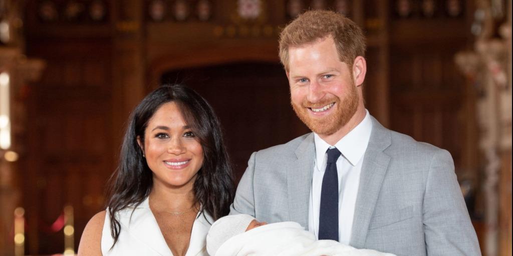 Harry herceg karjában a kis Archie-val - apák napi fotót posztolt a hercegi pár