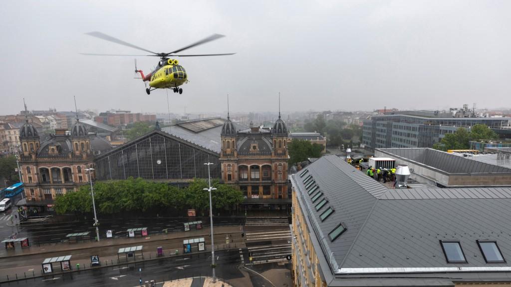 Építkezés miatt lezárták a Nyugati teret, helikopterrel szállították oda a berendezéseket - GALÉRIA