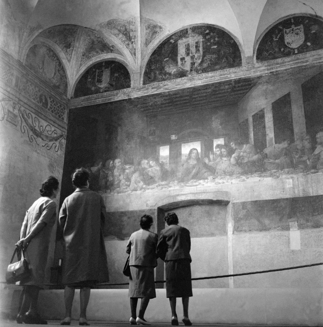 Milanó, 1964. április 24. Érdeklődők nézik Leonardo da Vinci egyik legismertebb alkotását, az Utolsó vacsora című freskót a 15. században reneszánsz stílusban épült Santa Maria delle Grazie-templomban. MTI Fotó: Bürger Gertrúd