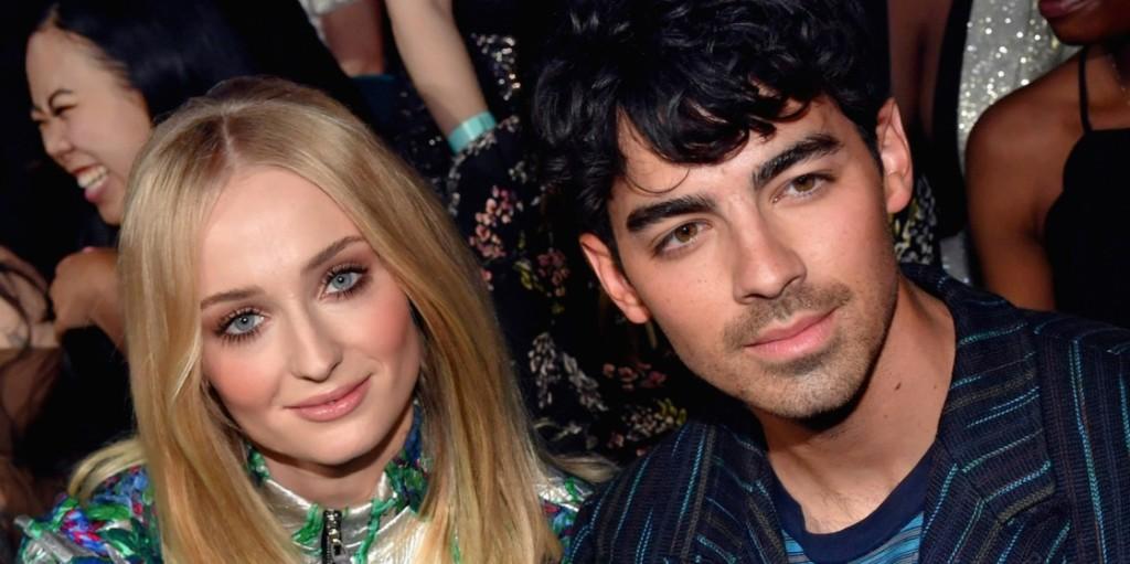 Joe Jonas és Sophie Turner friss szülőként maszkviselésre buzdítanak