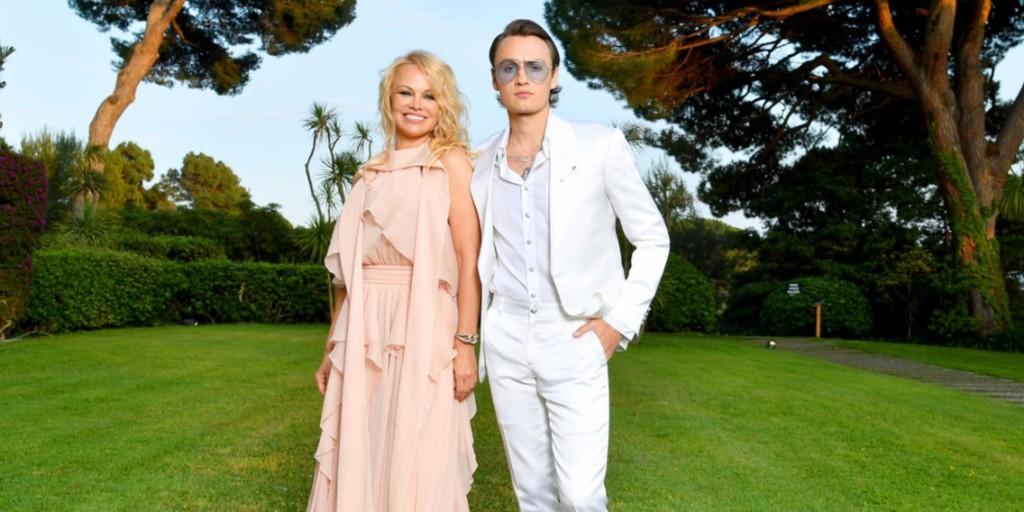 A csinos Pamela Anderson jóképű fiával gálázott