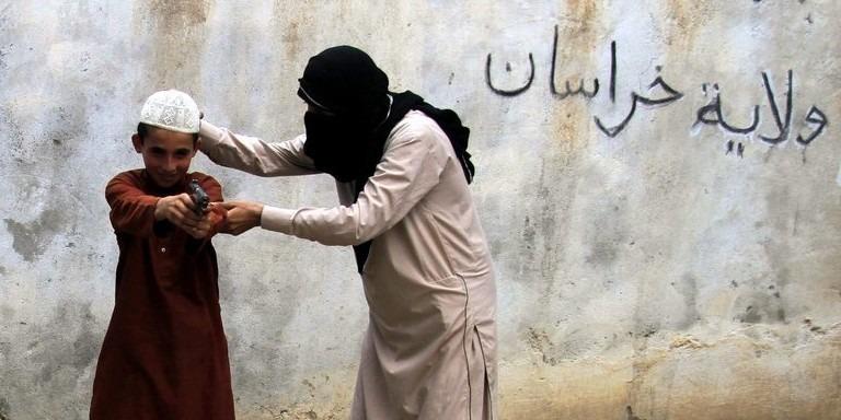 Belga dzsihadisták özvegyeinek négy gyerekét vitték haza Belgiumba