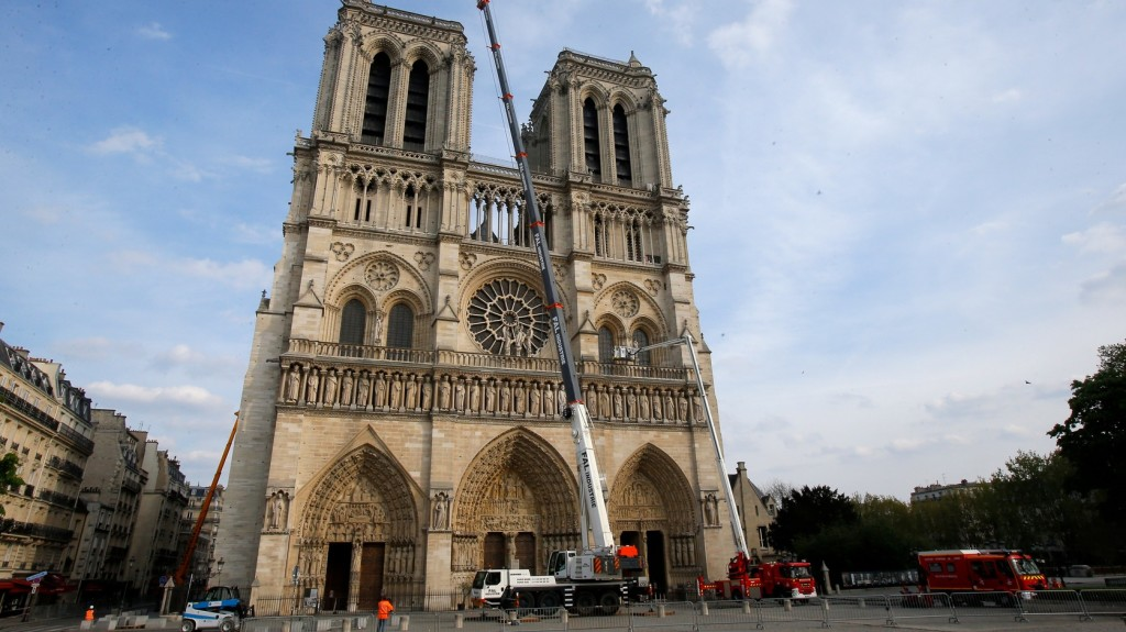 Megtalálták a Notre-Dame zárókövét díszítő egyik angyalszobrot