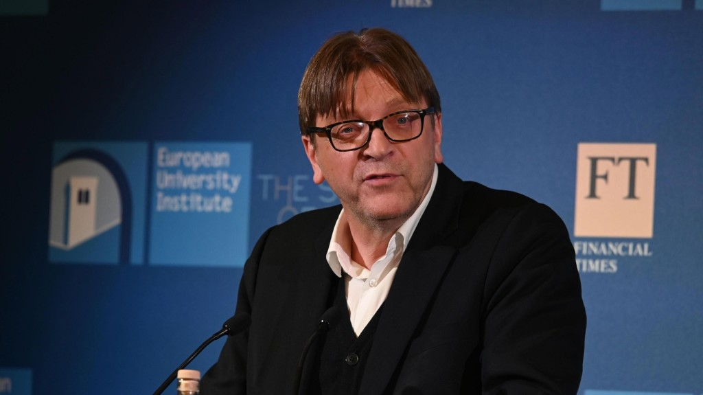 Verhofstadt egy új, centrista képviselőcsoportba várja Ciolos pártját