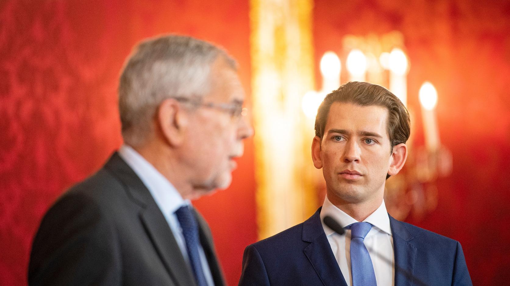 VIENNA, 2019. május 19. Alexander Van der Bellen osztrák államfő (b) és Sebastian Kurz osztrák kancellár nyilatkozik Bécsben 2019. május 19-én, egy nappal az után, hogy korrupciós botrány miatt lemondott alkancellári és pártelnöki tisztségéről Heinz-Christian Strache, a kormánykoalícióban részt vevő Osztrák Szabadságpárt (FPÖ) vezetője, ezért a kancellár a koalíció felbontásáról döntött. Kurz bejelentette, hogy előrehozott parlamenti választást tartanak szeptember elején. MTI/EPA/Christian Bruna