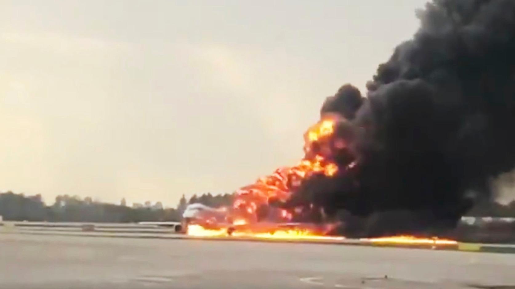 Moszkva, 2019. május 5. A Mihail Norenko Twitter-oldalán közreadott képen egy repülőgép lángol a moszkvai Seremetyevói repülőtéren 2019. május 5-én. Az Aeroflot Szuhoj SSJ-100-as típusú utasszállító repülőgépén 73 utas és 6 főnyi személyzet utazott, közülük tizenhárom személy életét vesztette, több mint tíz orvosi ellátásra szorult. MTI/AP/Mihail Norenko