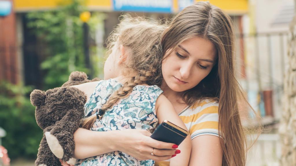 Az okostelefon nyomkodásával a minőségi időt vesszük el a gyerekektől