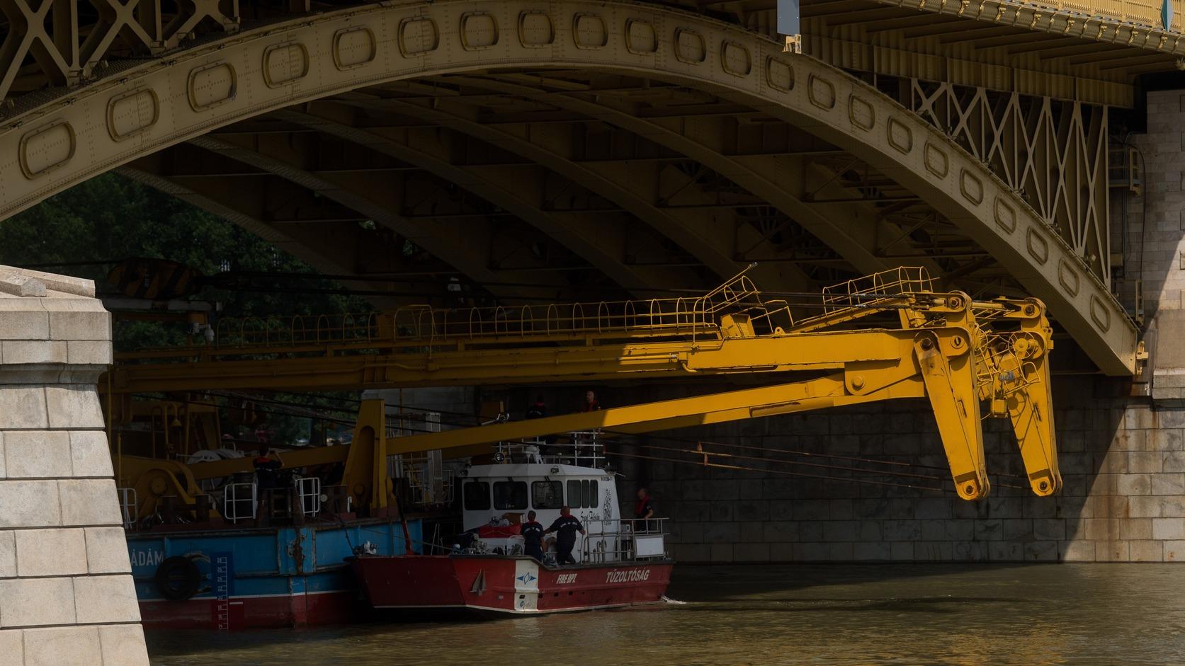 Kockázatos művelet volt, de a Clark Ádám hajódarut átvitték a Margit híd alatt (Fotó: MTI/Balogh Zoltán)