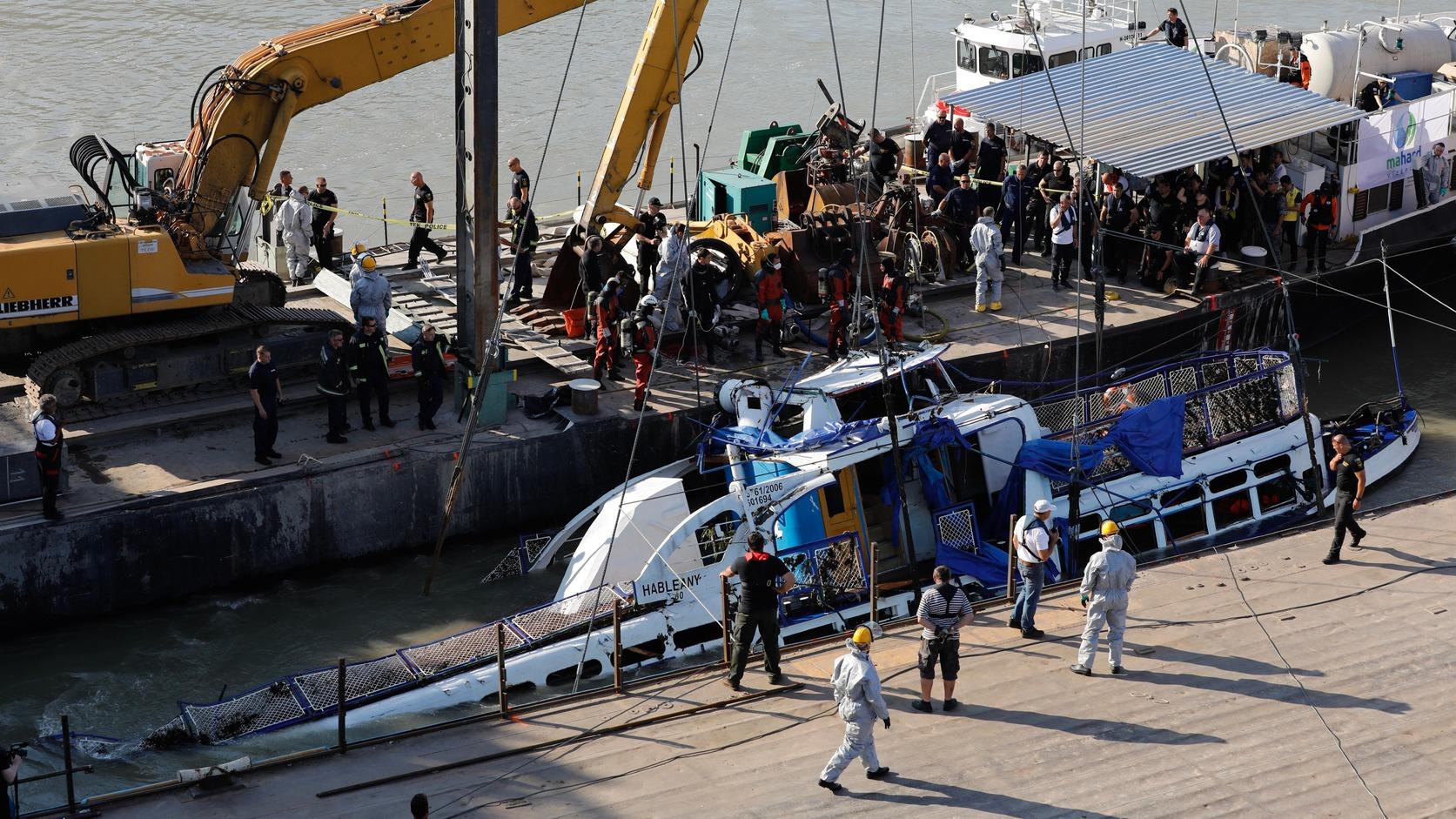 Budapest, 2019. június 11. A Clark Ádám úszódaru kiemeli a balesetben elsüllyedt Hableány turistahajó roncsát a Margit hídnál 2019. június 11-én. A Hableány május 29-én süllyedt el a Margit hídnál, miután összeütközött a Viking Sigyn szállodahajóval. A fedélzeten 35-en utaztak, 33 dél-koreai állampolgár és a kéttagú magyar személyzet. Hét embert sikerült kimenteni, hét dél-koreai állampolgár holttestét pedig még aznap megtalálták. Azóta további tizenhárom áldozat, köztük a Hableány matrózának holttestét találták meg és azonosították. MTI/Mohai Balázs