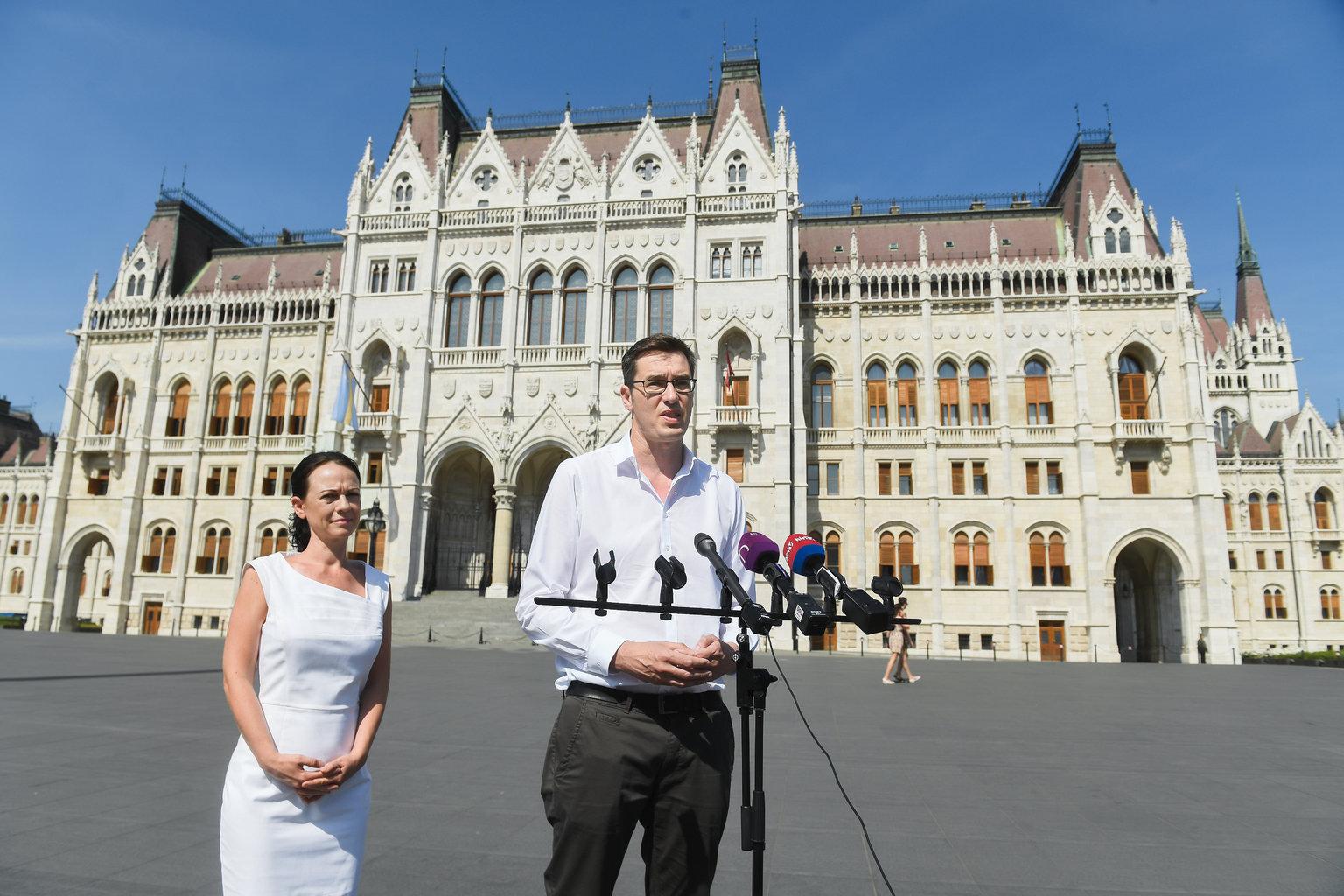 Karácsony Gergely, az MSZP-Párbeszéd főpolgármester-jelöltje és Szabó Tímea, a Párbeszéd társelnöke sajtótájékoztatót tart a Kossuth téren 2019. június 18-án. MTI/Koszticsák Szilárd