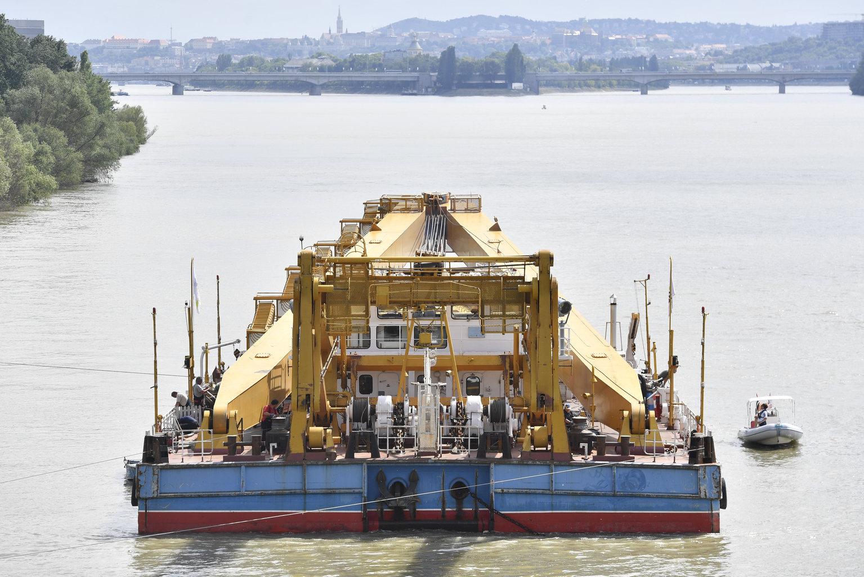 A Clark Ádám hajódaru az északi vasúti összekötő híd közelében, a háttérben az Árpád híd 2019. június 5-én (Fotó: MTI/Máthé Zoltán)