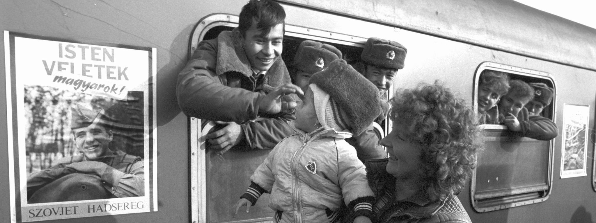 Táborfalva, 1990. január 21. Búcsúzó orosz katonák. A szovjet csapatkivonások ütemtervének megfelelően december 13-án elhagyta állomáshelyét a táborfalvai szovjet tüzérezred. MTI Fotó: Mónos Gábor