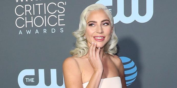 Elcsattant egy csók a színpadon – Lady Gaga rajongóit megosztotta a jelenet