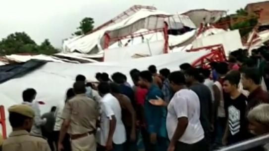 Összedőlt egy rendezvénysátor Indiában – többen meghaltak