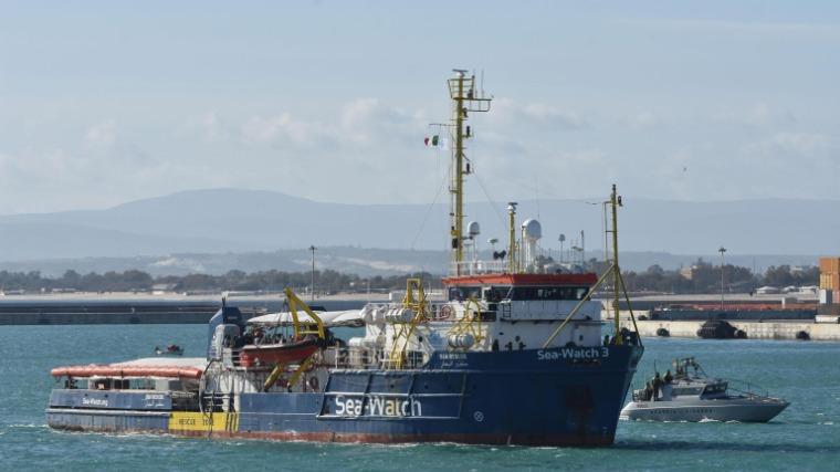 Catania, 2019. január 31. Az illegális bevándorlókat szállító Sea-Watch 3 német hajó a szicíliai Catania kikötőjébe érkezik 2019. január 31-én. A Sea Watch német segélyszervezet hajóján 47, Líbiából útnak indult és Európába igyekvő migráns tartózkodik több mint egy hete, akiket most azért engednek be Olaszországba, mert hat európai uniós ország vállalta befogadásukat. MTI/EPA/ANSA/Orietta Scardino