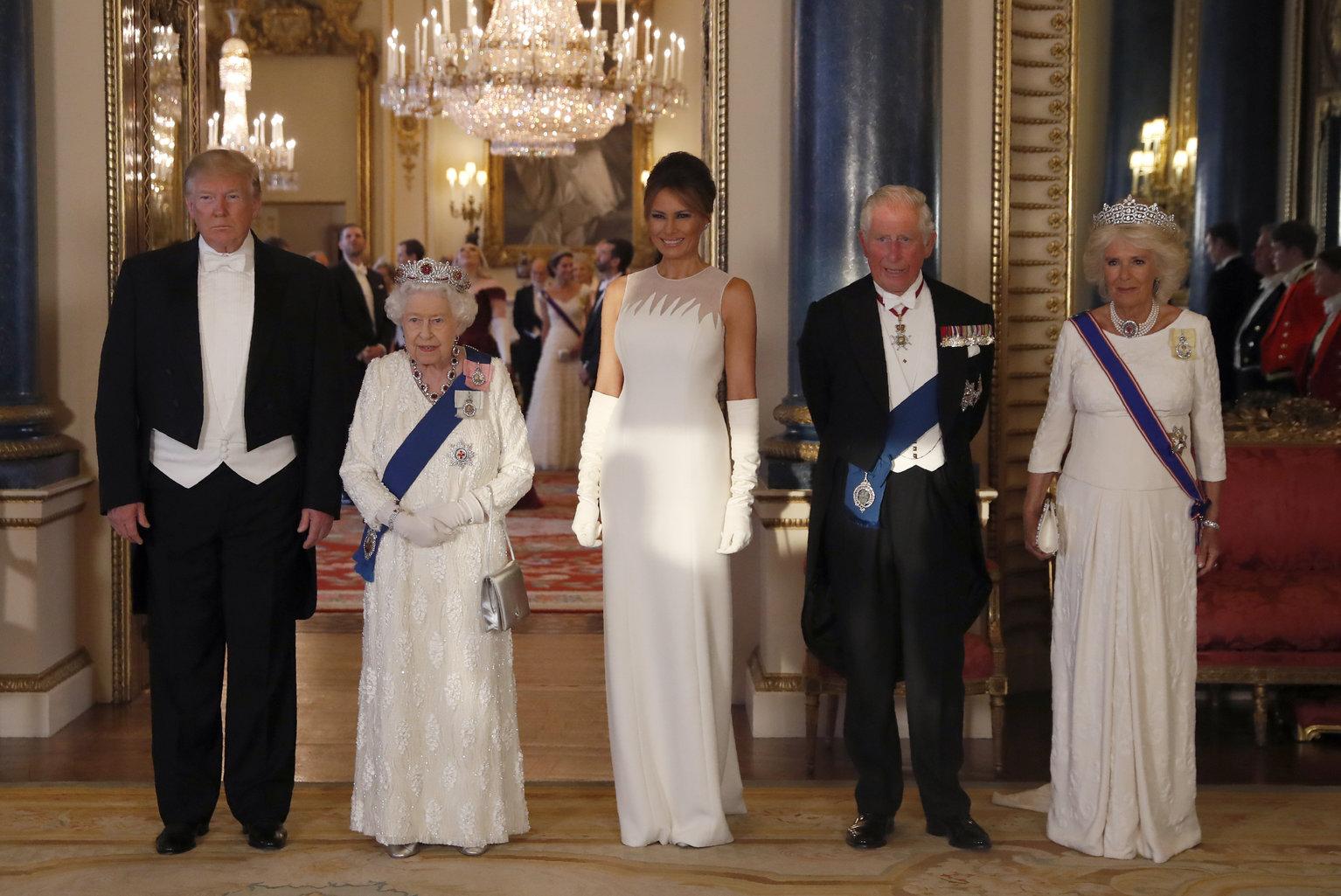 Donald Trump amerikai elnök és felesége, Melania Trump II. Erzsébet királynő (k), Károly walesi herceg (j2), brit trónörökös és a felesége, Kamilla cornwalli hercegnő társaságában a londoni uralkodói rezidencián, a Buckingham-palotában adott díszvacsora kezdetén 2019. június 3-án. Trump háromnapos állami látogatáson tartózkodik Nagy-Britanniában (Fotó: Getty Images/ MTI/AP/Pool/Alastair Grant)